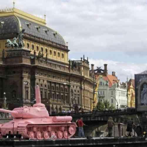 El legendario tanque soviético rosa viaja a Praga en misión de paz