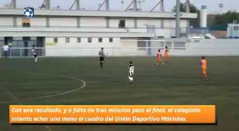 Un árbitro interrumpe un partido para intentar marcar un gol