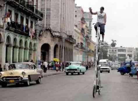 Un cubano trata de ingresar a los Récords Guinness con bicicleta gigante
