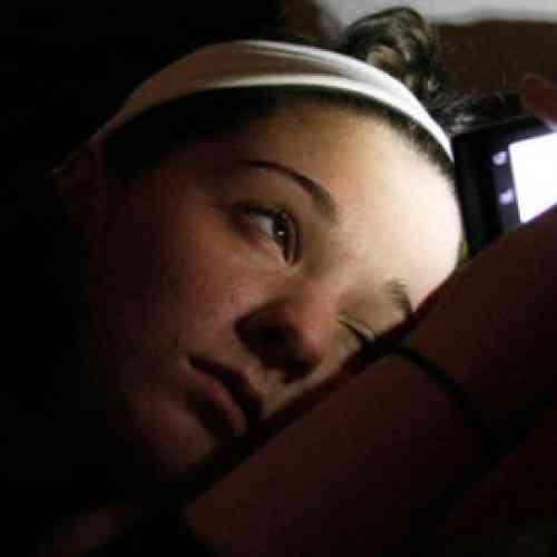 El 80% de los usuarios de smartphones se queda dormido con el móvil en la cama