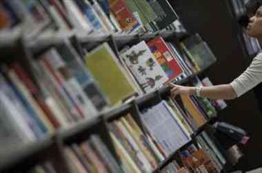 Roba un libro, se arrepiente y lo envía por correo a la librería