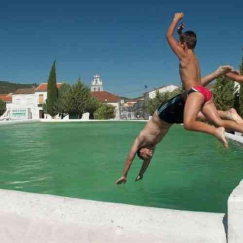 Un pueblo de Huelva convierte su plaza principal en una gran piscina