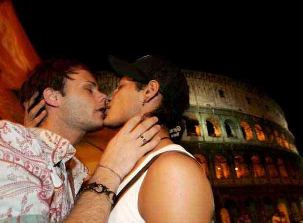 """La organización Colegas ha calificado de """"provocaciones"""" los besos de parejas gays en la"""