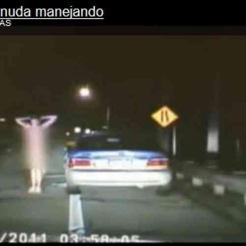 Detienen a una mujer desnuda y borracha que conducía su vehiculo a más de 200Km/H