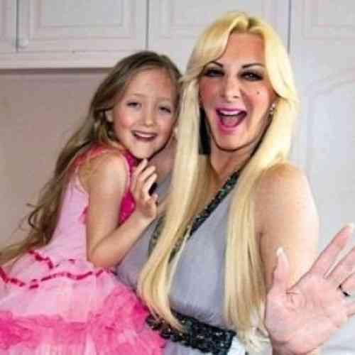 Regala una operación de pecho a su hija de siete años