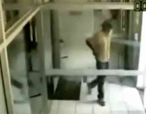 Un atracador se dispara en un pié