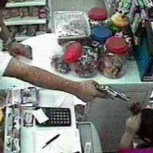 Ladrón interrumpió robo para que víctima atiendiera a cliente