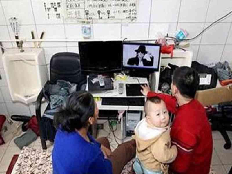 Una familia china se traslada a un baño público