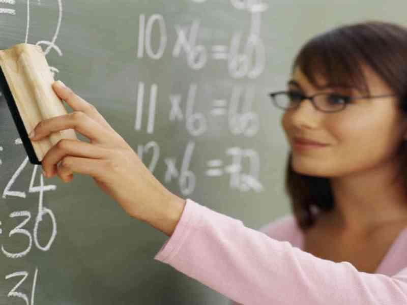 """Despiden a una maestra por """"enseñar demasiado"""""""