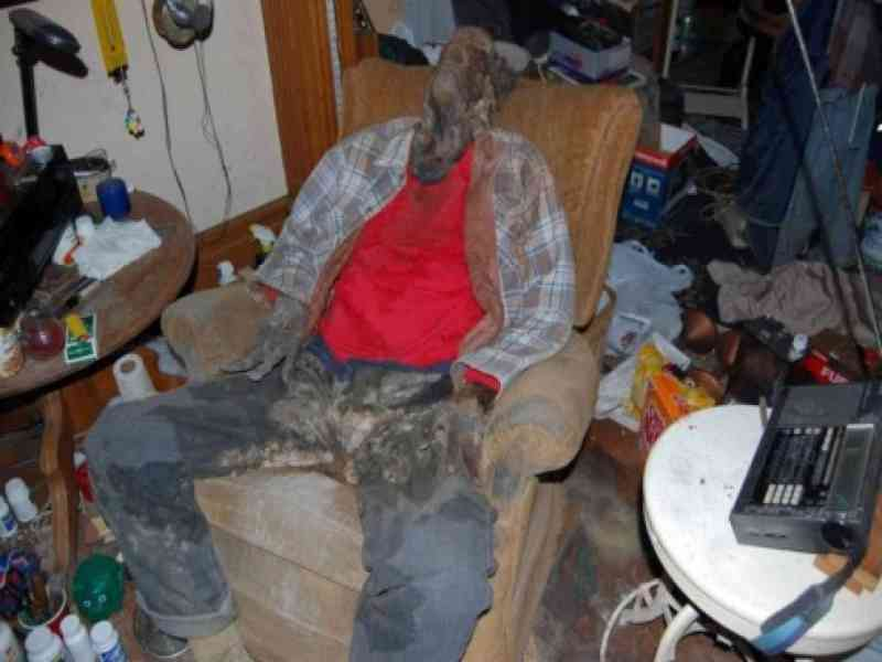 Hallan en un piso a un anciano que llevaba muerto seis meses frente al televisor