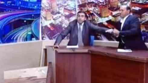 Un político encañona a su rival con una pistola en medio de un debate televisado