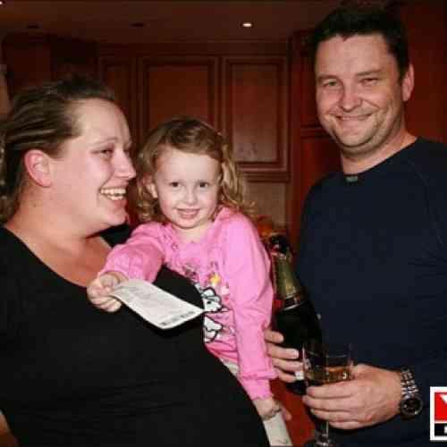 A su familia le toca la lotería cuando ella se queda embarazada