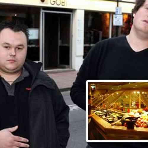 Dos hombres le prohíben la entrada a un bufé libre por ser tragones