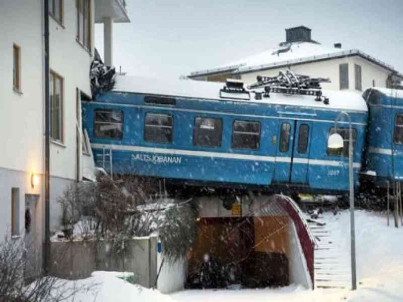 Una mujer de la limpieza roba un tren y lo estrella contra un edificio de viviendas