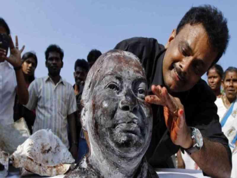 Crea una escultura con su propia sangre