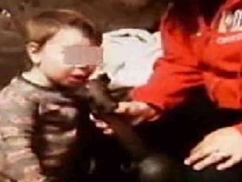 Una mujer es arrestada por dar de fumar marihuana a su hijo