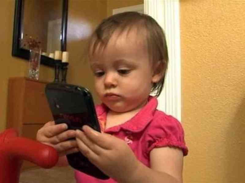 Un padre le deja a su hija de 14 meses el smartphone para jugar y la niña compra un coche en eBay