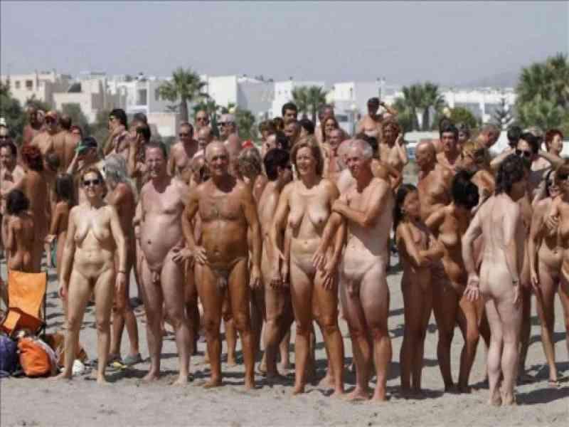 La playa de Vera logra el Guinness al mayor baño colectivo desnudo del mundo