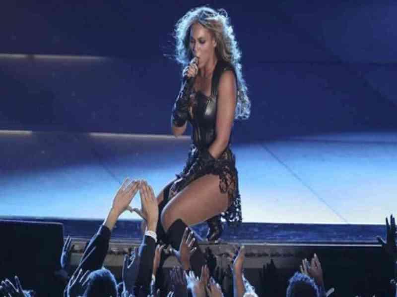 Un fan arrolla a Beyoncé en plena actuación