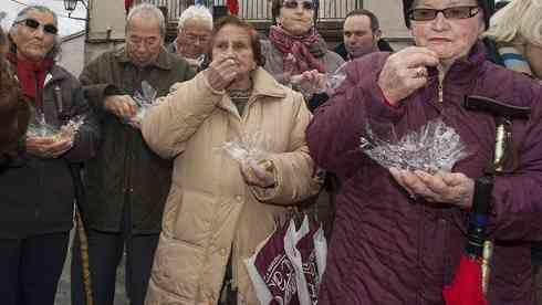 Un pueblo celebra el año nuevo a mediodía por la edad de sus vecinos