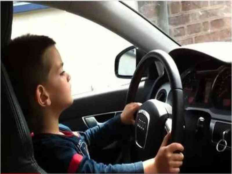 Pillan a un niño conduciendo y asegura ser un enano al que se le ha olvidado el carné en casa