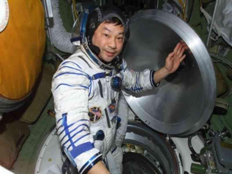 Un astronauta de la EEI afirma que vio un OVNI durante un paseo espacial