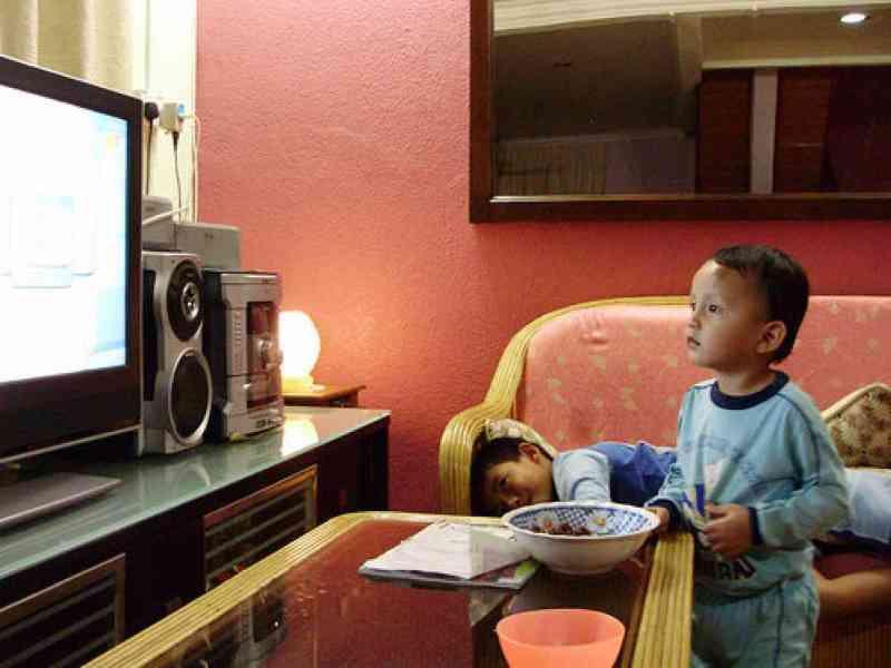 Reducir el tiempo de televisión en los niños no les ayuda a adelgazar