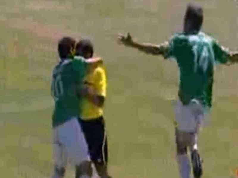 Marcan un gol en el descuento y lo celebran con el árbitro