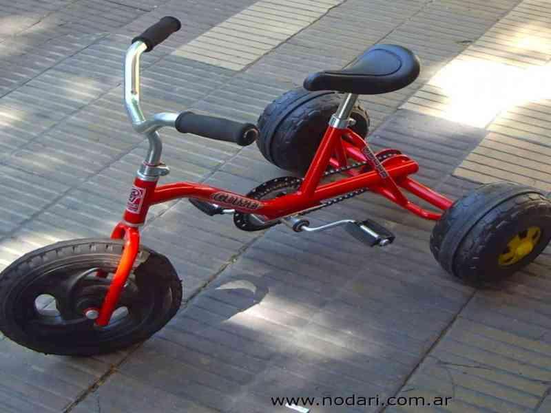 Denunciado por conducir un triciclo de juguete de forma temeraria
